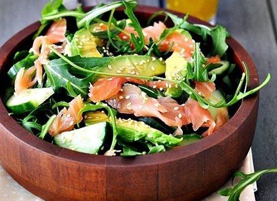 Ensalada de salmon, rucula y aguacate